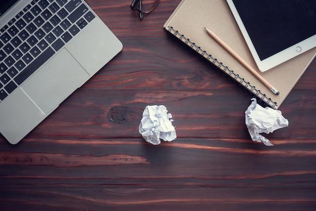 Papier was verfrommeld op het bureau, het lukte niet, veel stress en angst
