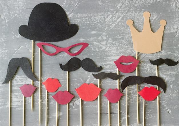Papieren accessoires op een stok voor een fotoshoot op feestdagen of feestjes