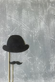 Papieren accessoires op een stokje voor een fotoshoot op feestdagen of feestjes. concrete achtergrond.