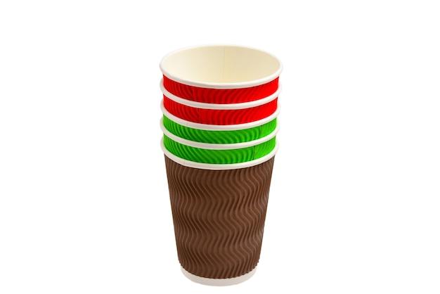 Papieren bekers voor diverse dranken. rood, groen, bruin. lege papieren bekertjes. geïsoleerd op wit.