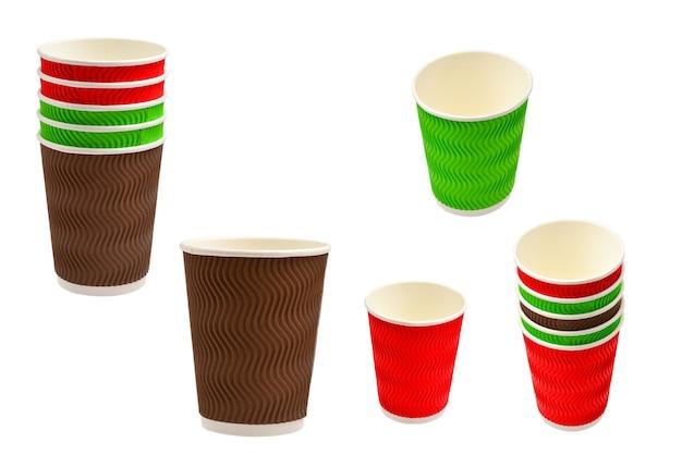 Papieren bekers voor verschillende drankjes. rood, groen, bruin. lege papieren bekers. geïsoleerd op wit.