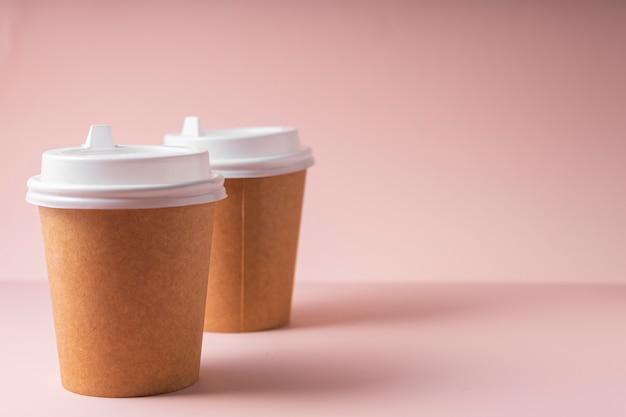 Papieren bekers voor warme dranken, koffie en thee, met een plastic deksel, om mee te nemen.