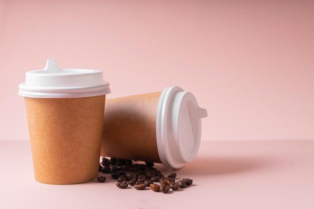 Papieren bekers voor warme dranken, koffie en thee, met een plastic deksel