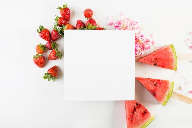 Papieren blad op fruit en bloembladen