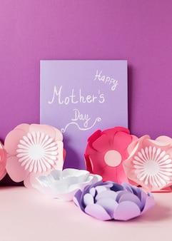 Papieren bloemen en kaart arrangement