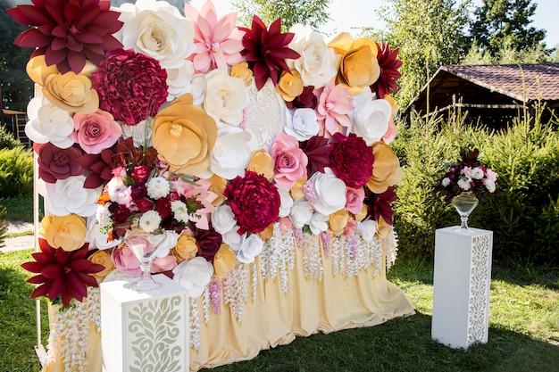 Papieren bloemen op huwelijksboog