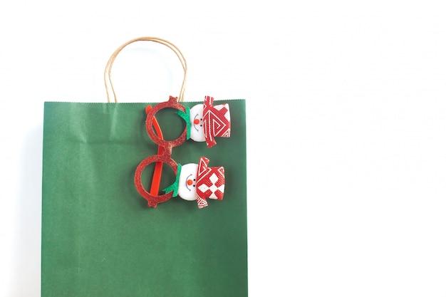 Papieren boodschappentas met kerstaccessoires