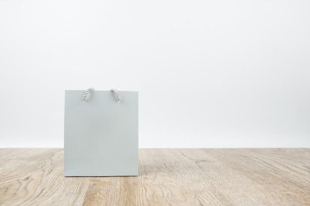 Papieren boodschappentas op houten vloer