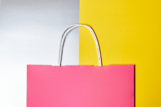 Papieren boodschappentas op kleurrijke achtergrond. mockup blanco knutselpakket met handvat