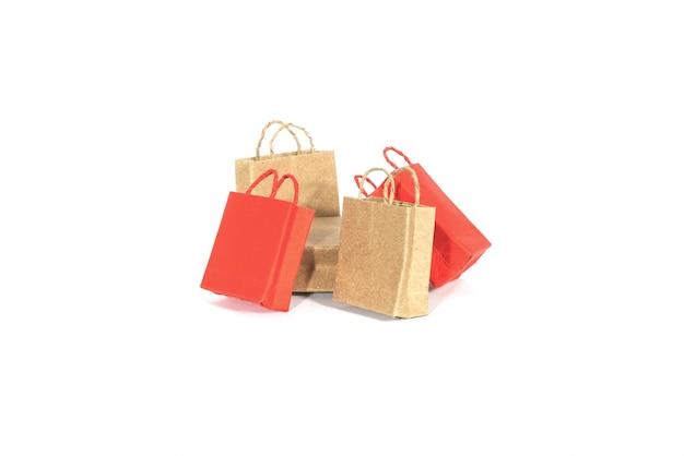 Papieren boodschappentassen geïsoleerd op wit.