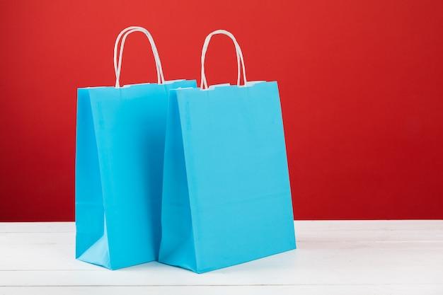 Papieren boodschappentassen met copyspace op rood