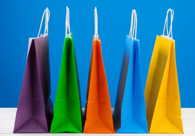 Papieren boodschappentassen met kopie ruimte op blauw