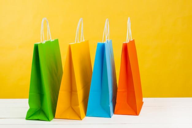Papieren boodschappentassen op fel geel