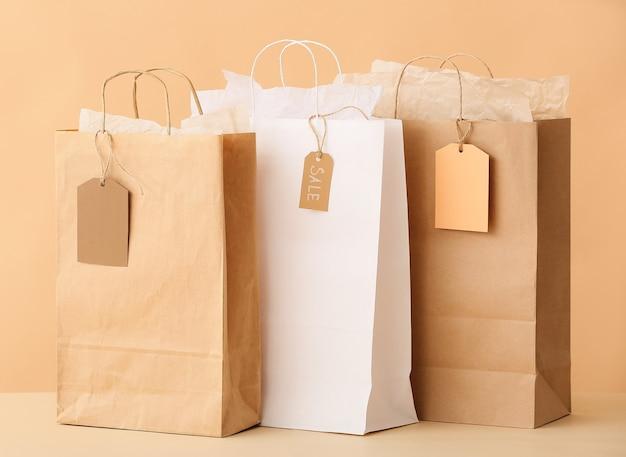 Papieren boodschappentassen op kleur achtergrond