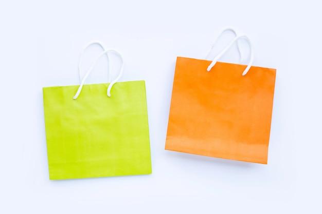 Papieren boodschappentassen op witte achtergrond.