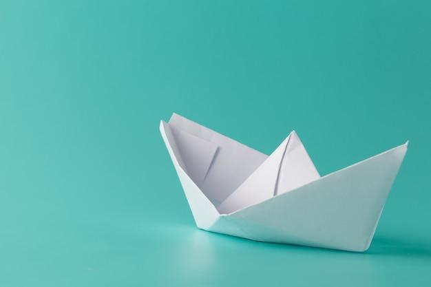 Papieren boot op aquamarijn