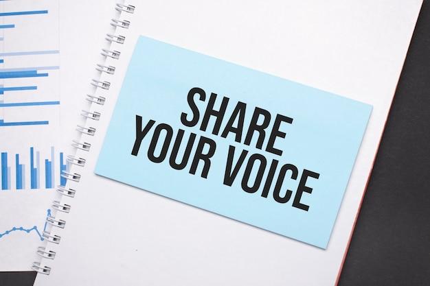 Papieren bord met tekst share your voice