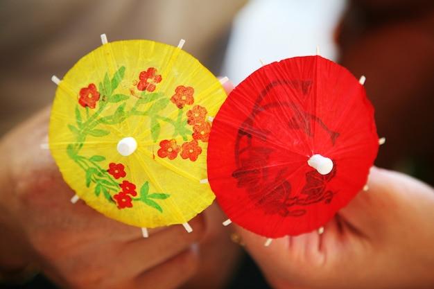 Papieren decoratieve paraplu's in handen