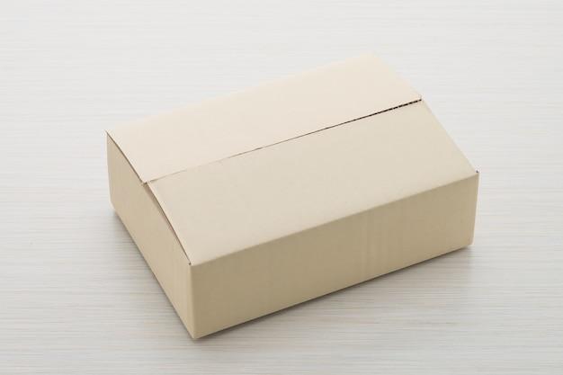 Papieren doos op houten achtergrond