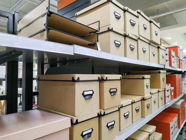 Papieren doos voor verpakking mooi deksel type geplaatst op het product display rack in het winkelcentrum