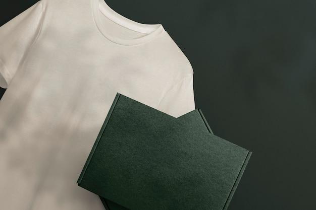 Papieren doosverpakking met t-shirt voor kledingmerken