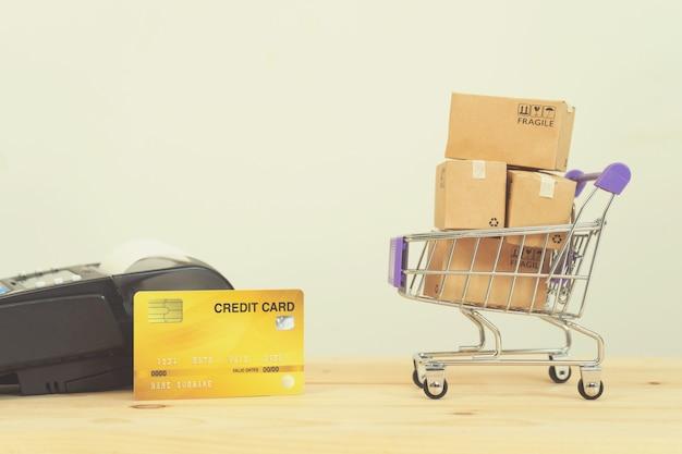Papieren dozen in een trolley met tablet Premium Foto