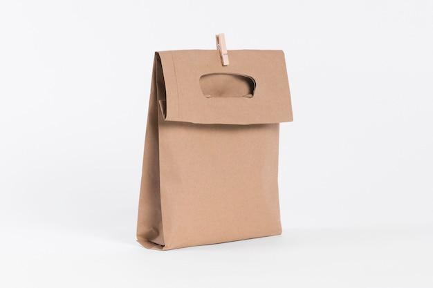 Papieren draagtas om in te winkelen en houten clip