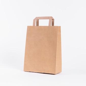 Papieren draagtas om te winkelen op een witte achtergrond