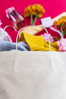 Papieren handwerkpakket met vrouwenaankopen - kleding, geschenken, parfums, bloemen