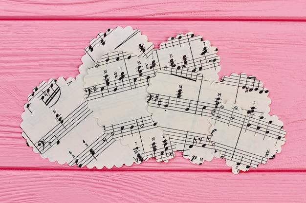 Papieren hartvormige beeldjes met muzieknoten.
