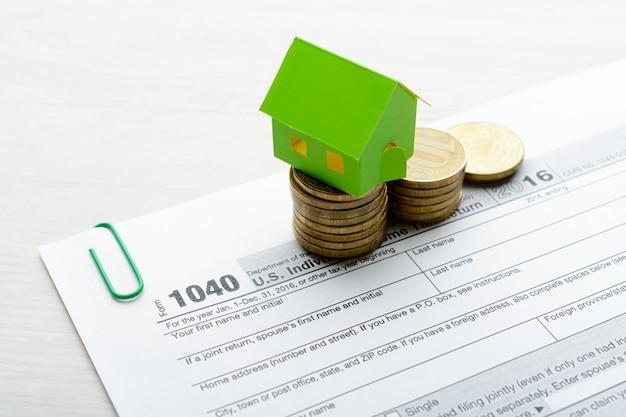 Papieren huis en belastingformulier