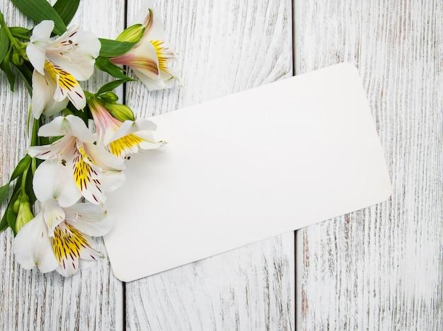 Papieren kaart met alstroemeria bloemen
