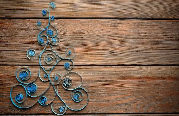 Papieren kerstboom op houten achtergrond