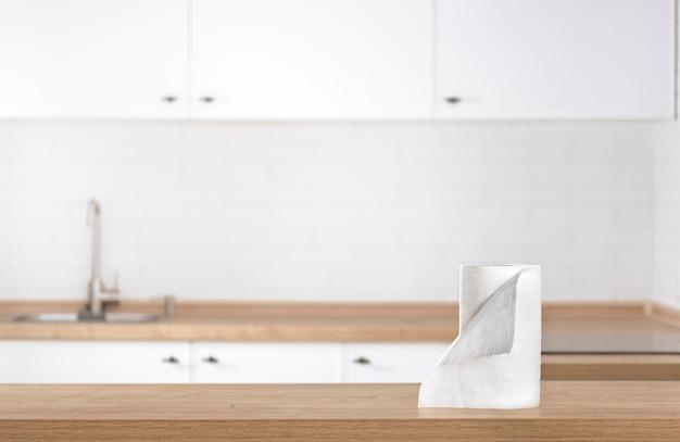 Papieren keukenhanddoeken op de keukentafel op vervagen keuken