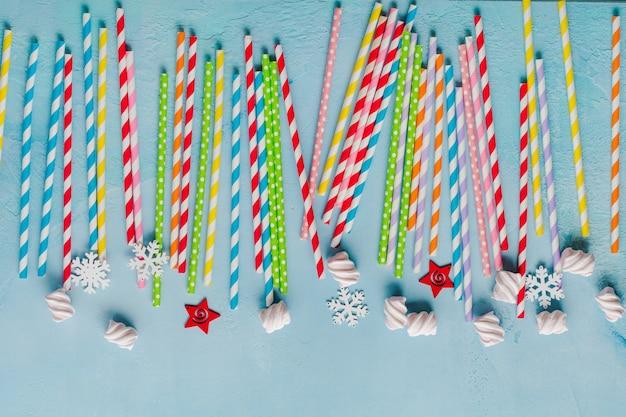 Papieren kleurrijke rietjes drinken voor nieuwjaarscocktails