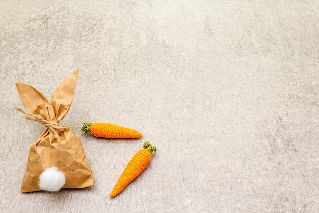 Papieren konijn en gebreide wortelen voor pasen
