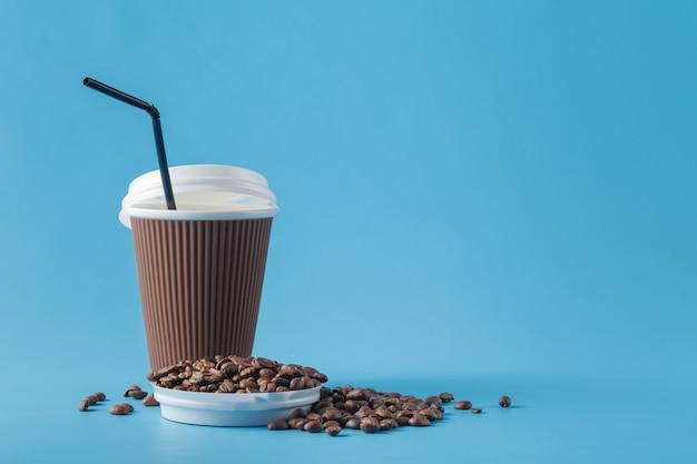 Papieren kopje koffie en koffiebonen