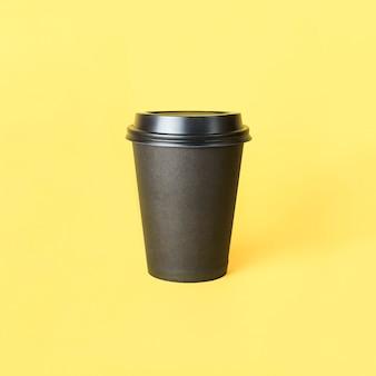Papieren kopje koffie of thee op een gele achtergrond vooraanzichtmodel van lege polystyreen koffiemok