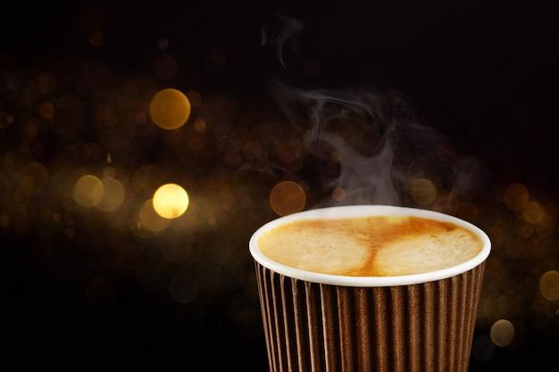 Papieren kopje koffie om te gaan of om concept weg te halen