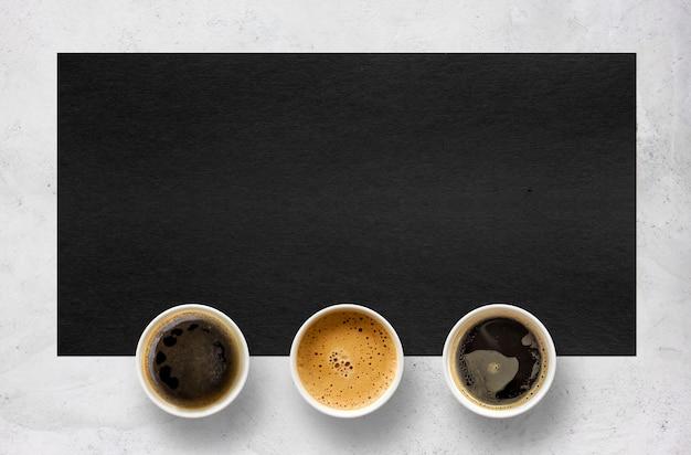Papieren kopjes koffie