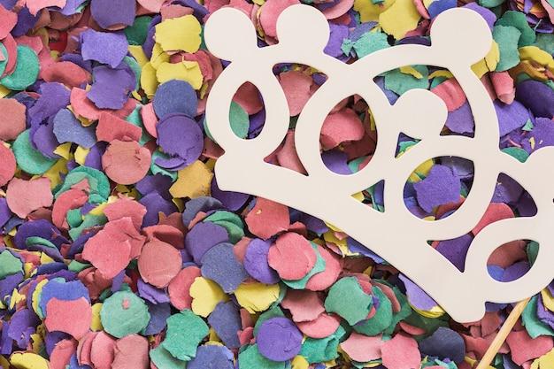 Papieren kroon op de top van confetti