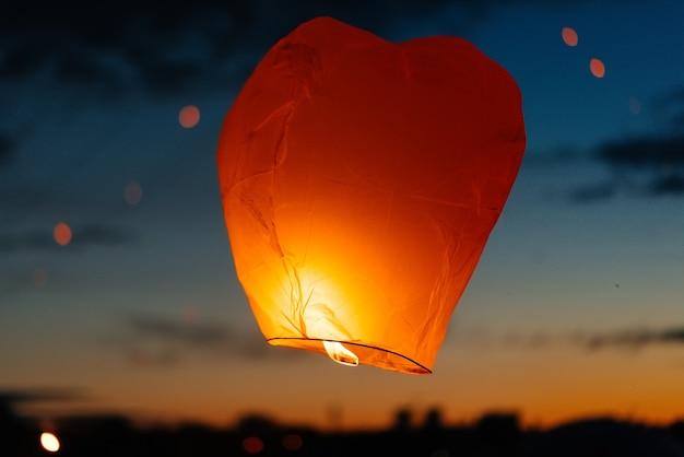 Papieren lantaarns werden in de lucht gelanceerd tijdens de viering van traditionele feestdagen. tradities.