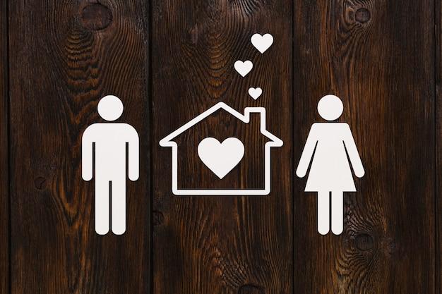 Papieren man, vrouw en huis. huisvesting, familieconcept.