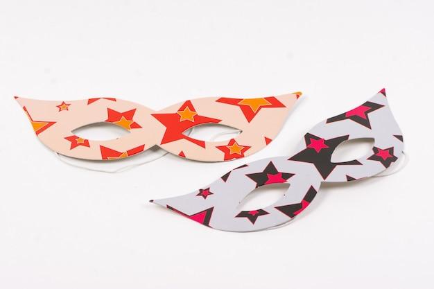 Papieren maskers voor de vakantie op een witte achtergrond