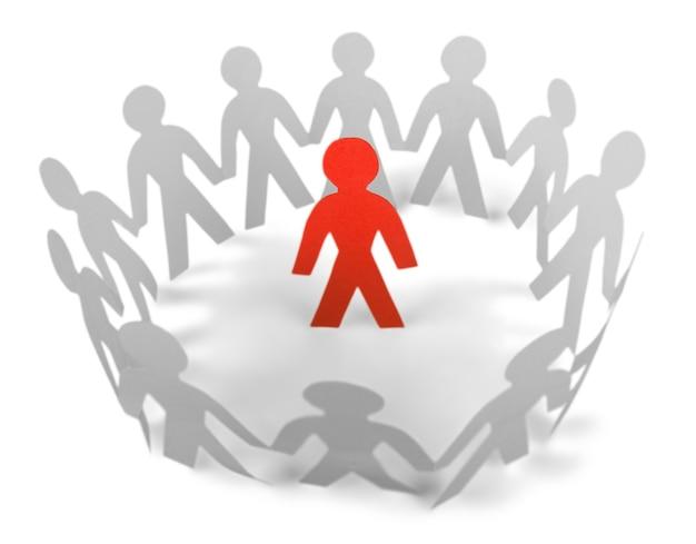 Papieren mensen die in een cirkel staan en een rode papieren man erin