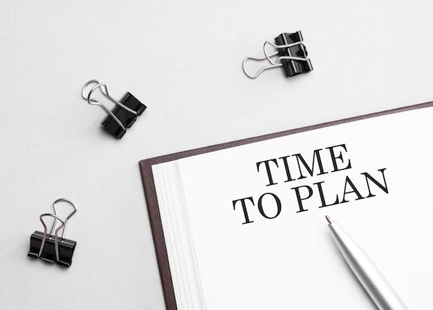 Papieren notitie met tekst tijd te plannen
