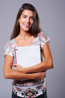 Papieren notitieblok in handen van mooie vrouw