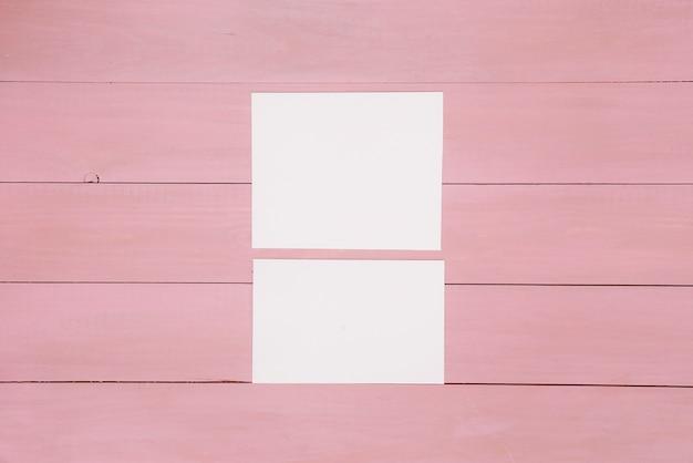 Papieren op geverfd houten oppervlak