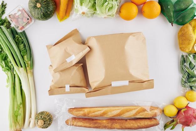 Papieren pakjes met eten