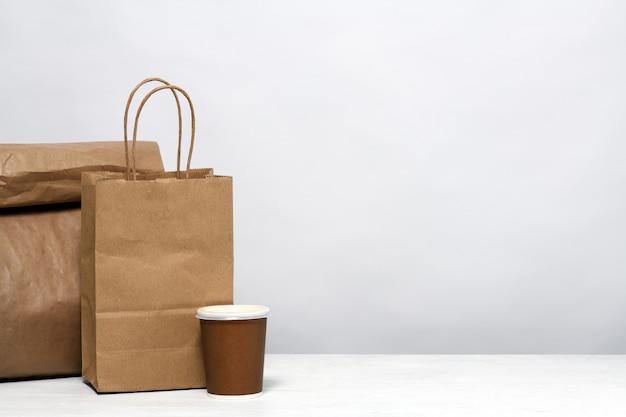 Papieren pakket met eten en koffie